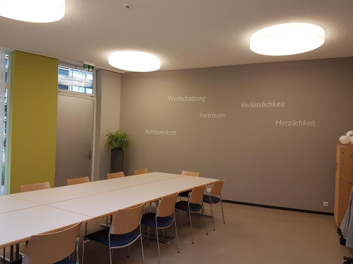 Leitbild Sitzungszimmer mit Olivegrün
