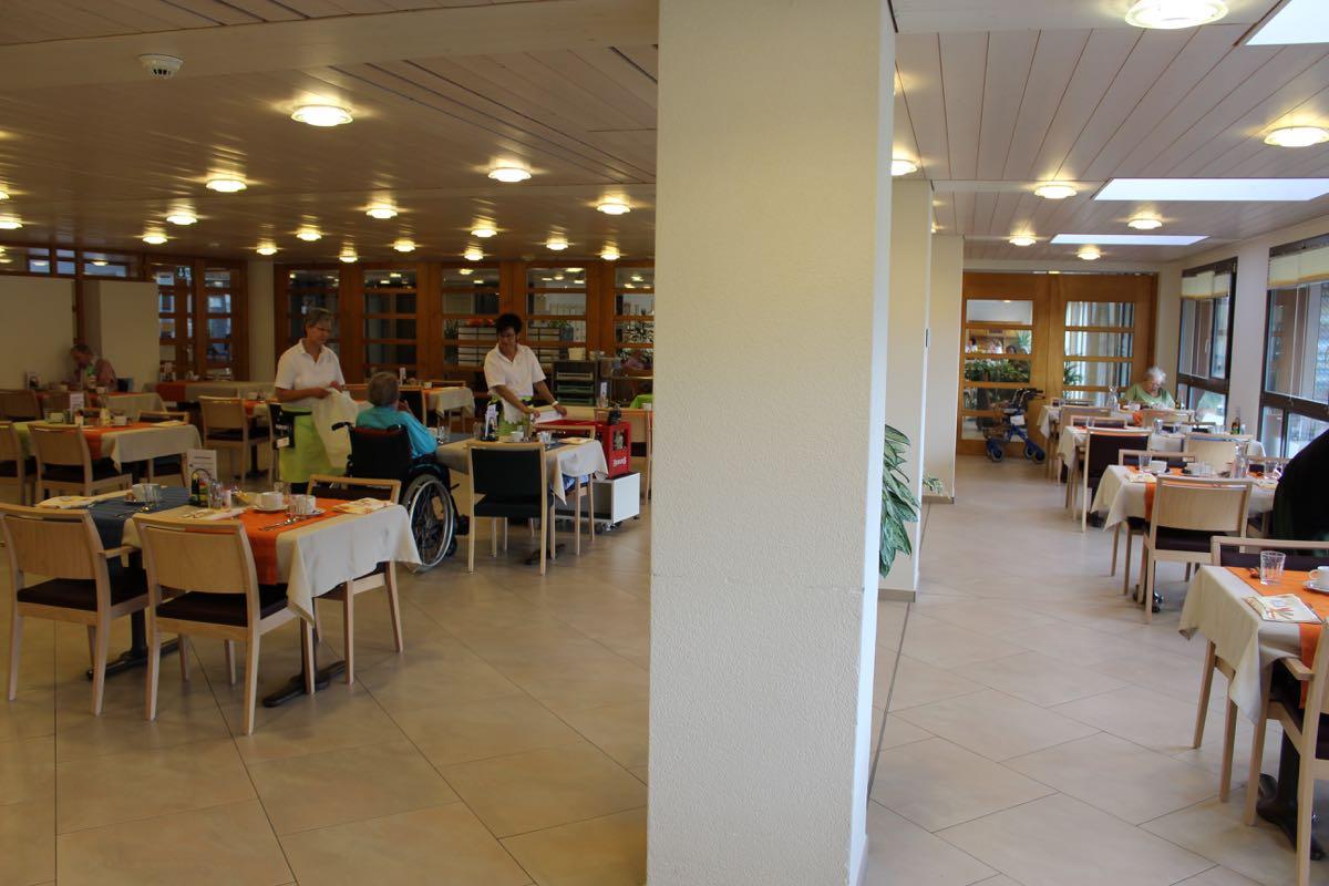 Speisesaal vorher mit weissen Säulen